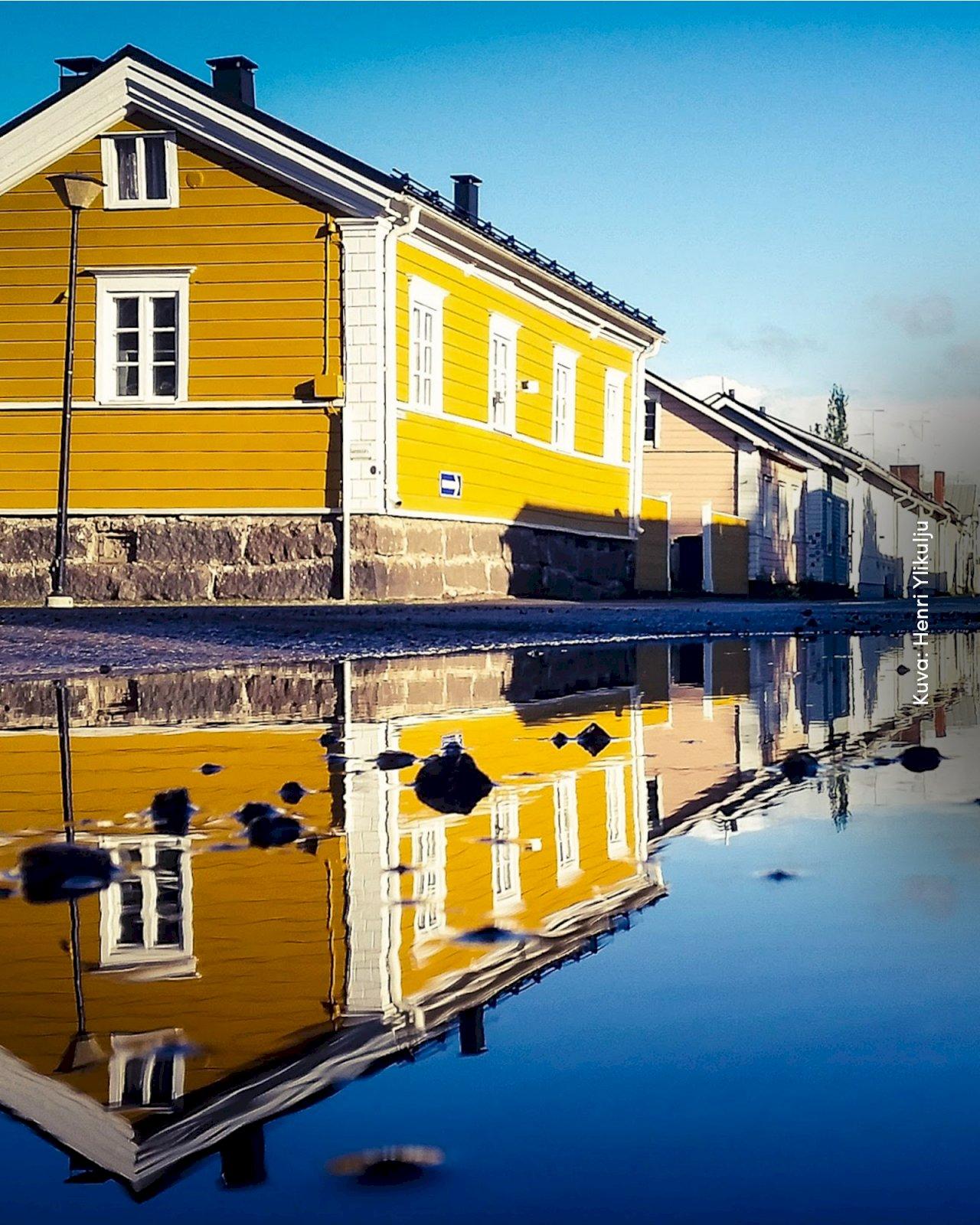 Värikkäitä puutaloja Wanhan Raahen Pekkatorilla.
