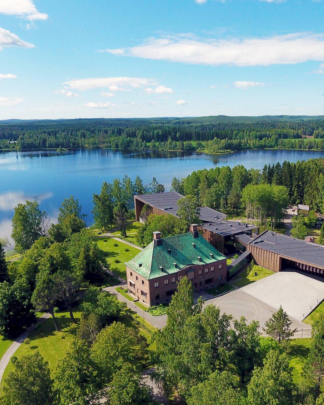 Serlachius-museo Göstan kartano sekä puinen paviljonki Melasjärven rannalla.