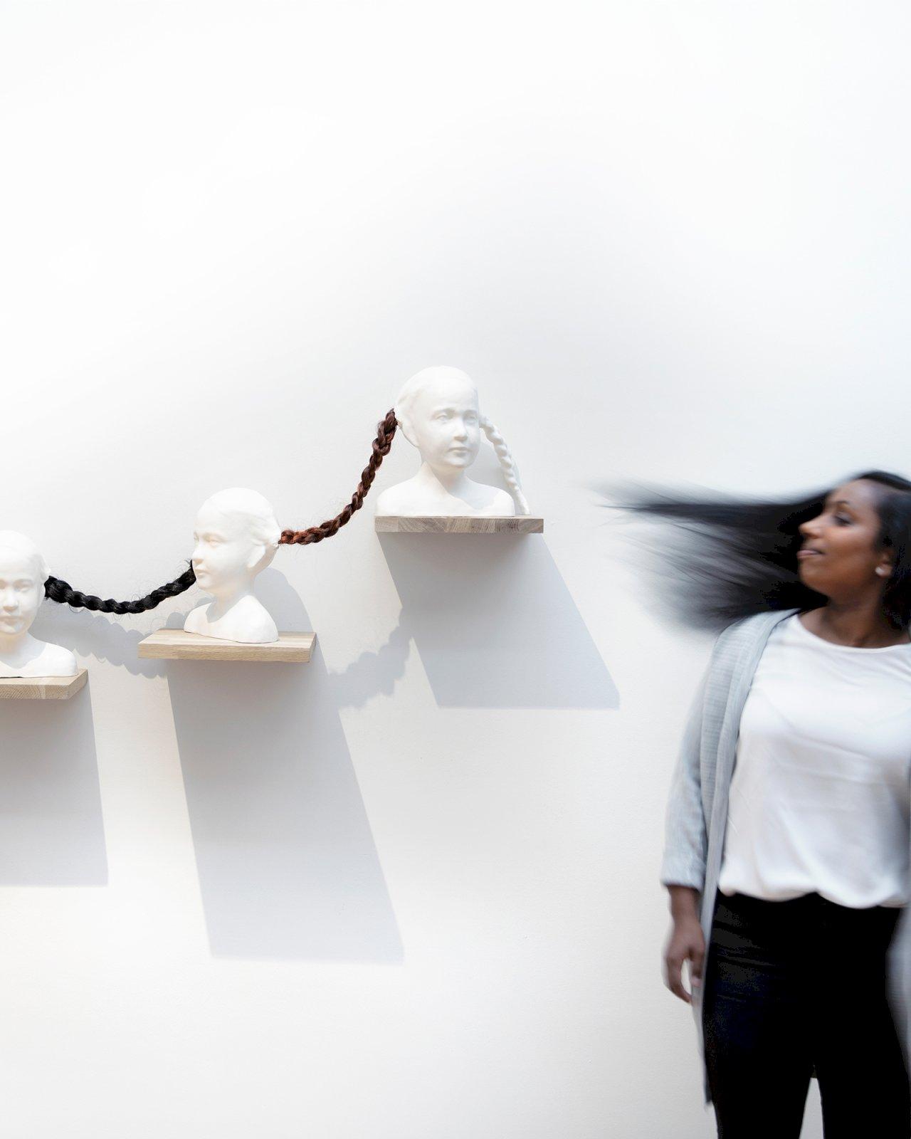 Nainen katselee taideteosta Oulun taidemuseossa.