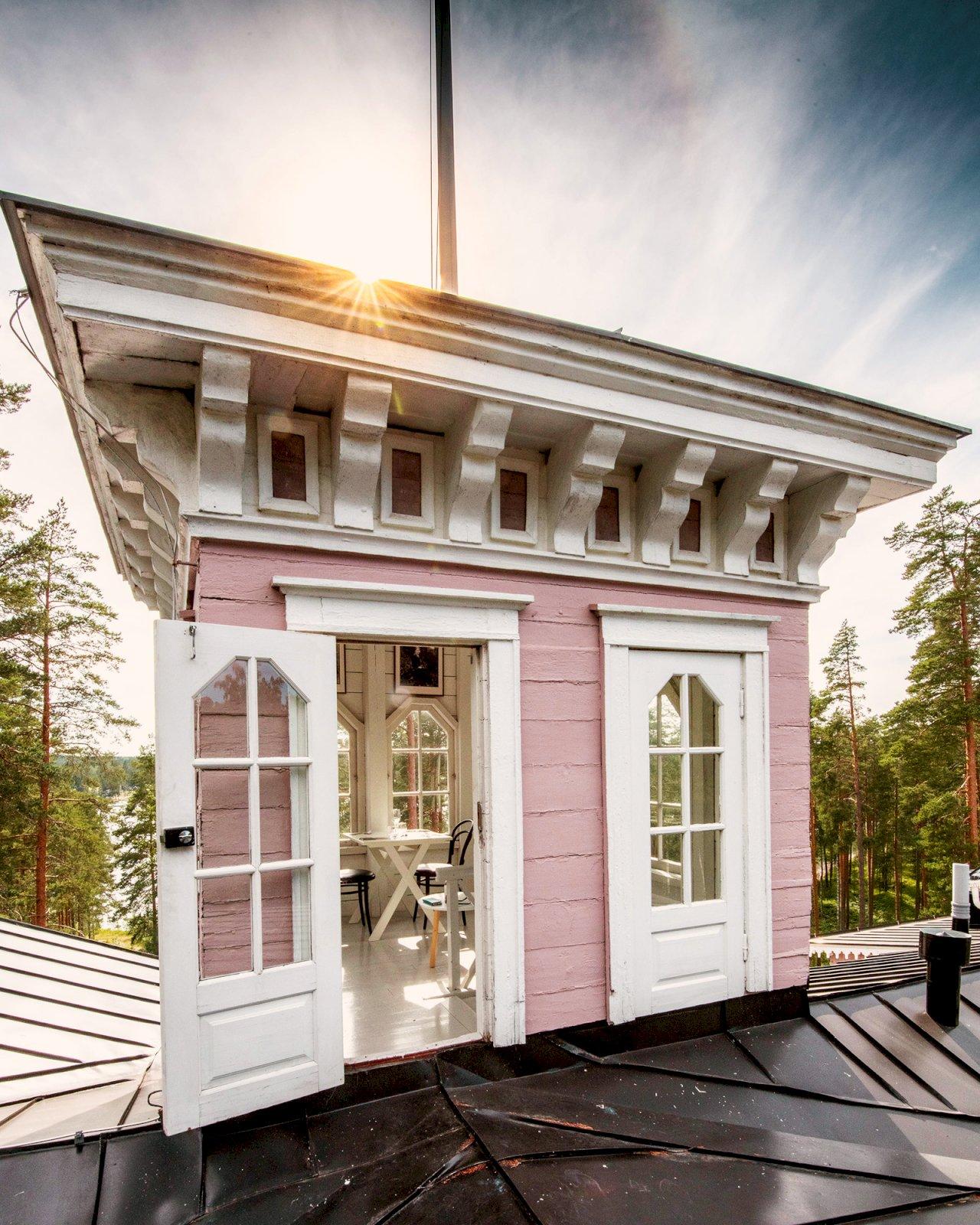 Hotelli Punkaharjun vaaleanpunainen Keisarinnan huvila.