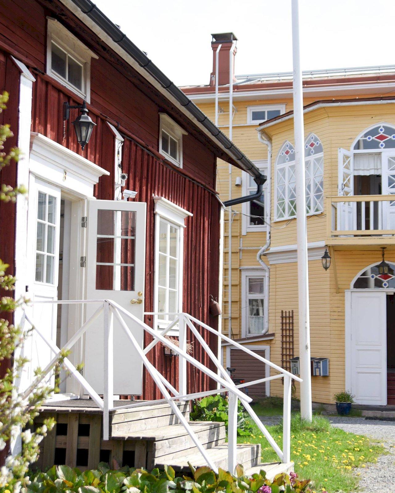 Hotelli Krepelinin pihapiirin värikkäät puutalot.