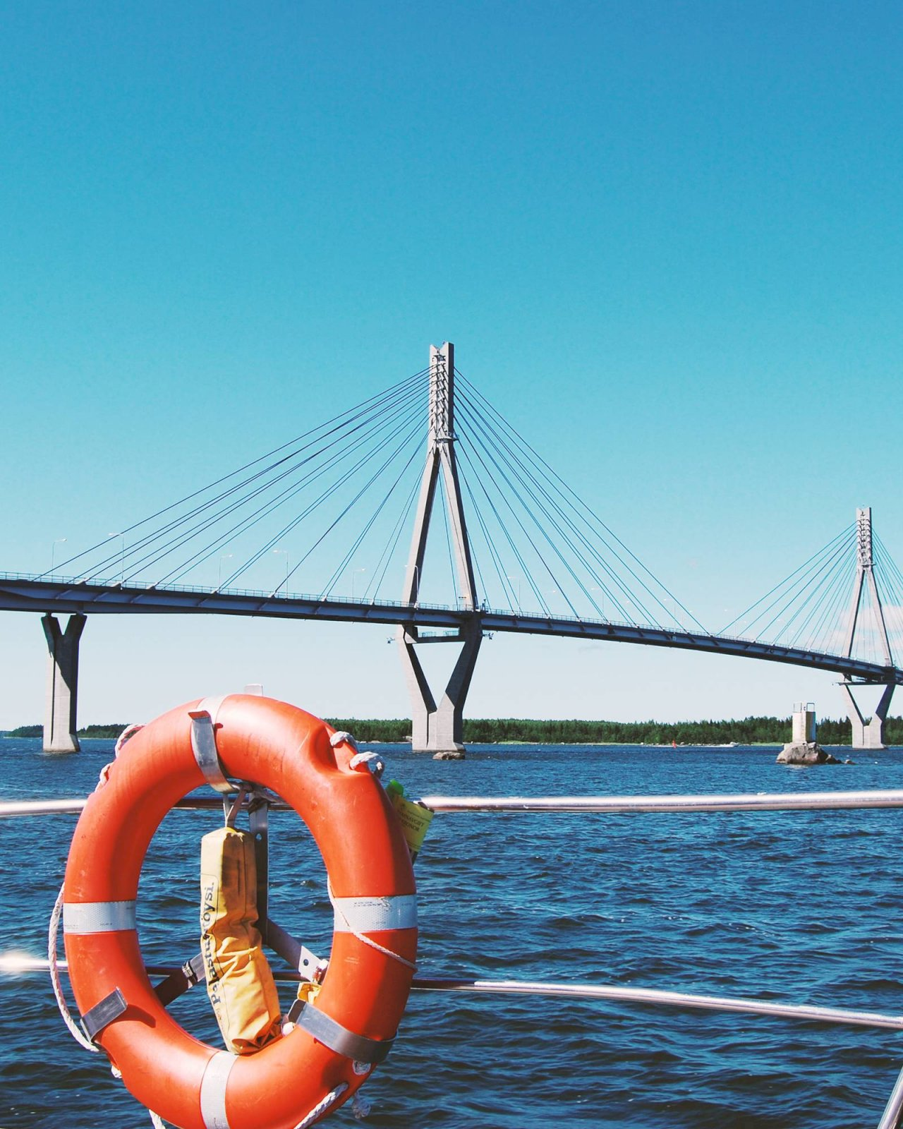 Raippaluodon silta Maailmanperintöportin edustalla veneen kannelta kuvattuna.