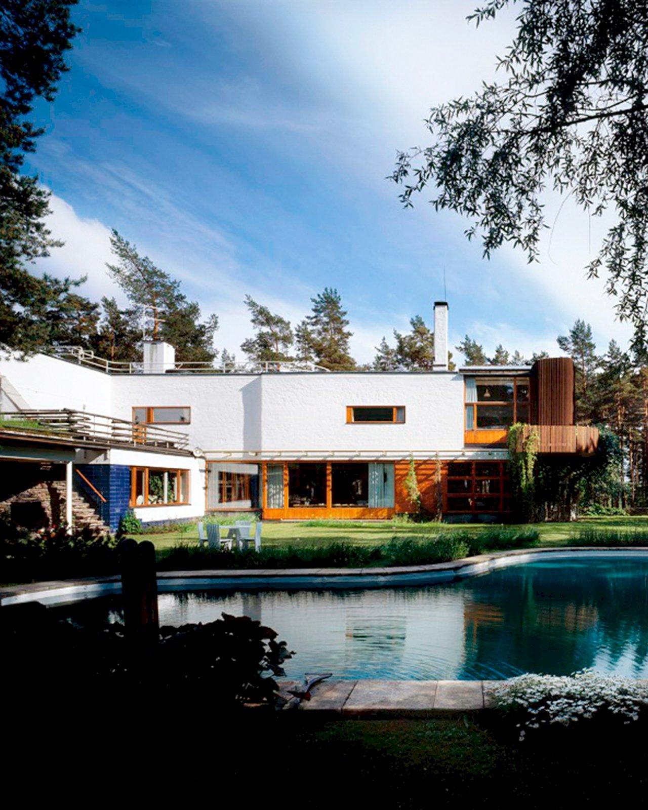Alvar Aallon suunnittelema aaltomaisen muotoinen uima-allas Villa Mairean puutarhassa.