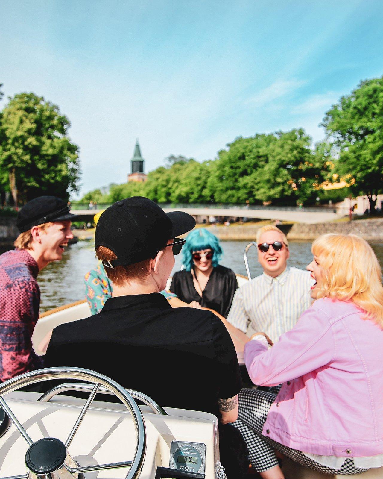 Viisi ystävystä Låna-veneen kyydissä Aurajoella.
