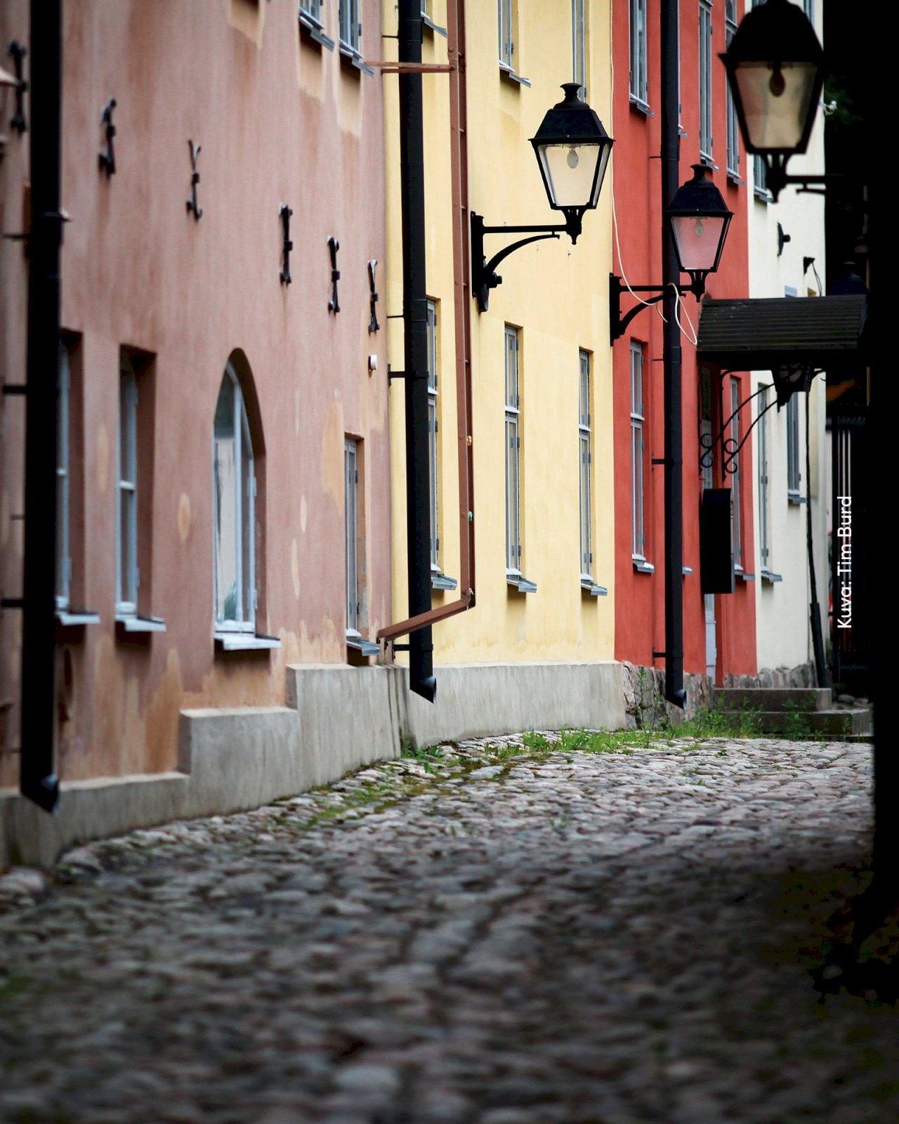 Turun Luostarin Välikatua ympäröivät värikkäät kivitalot.