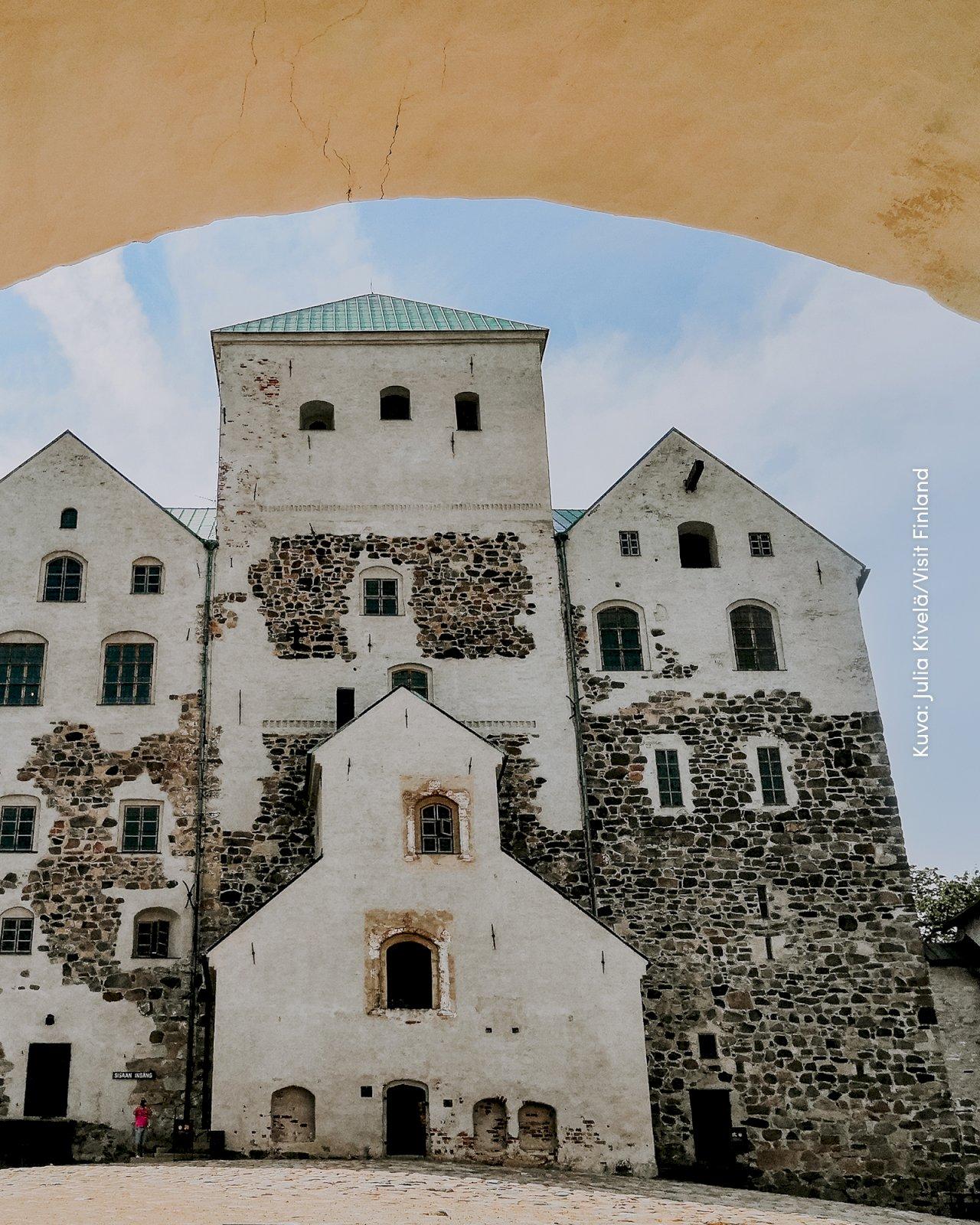 Turun linna muurien sisäpuolelta.