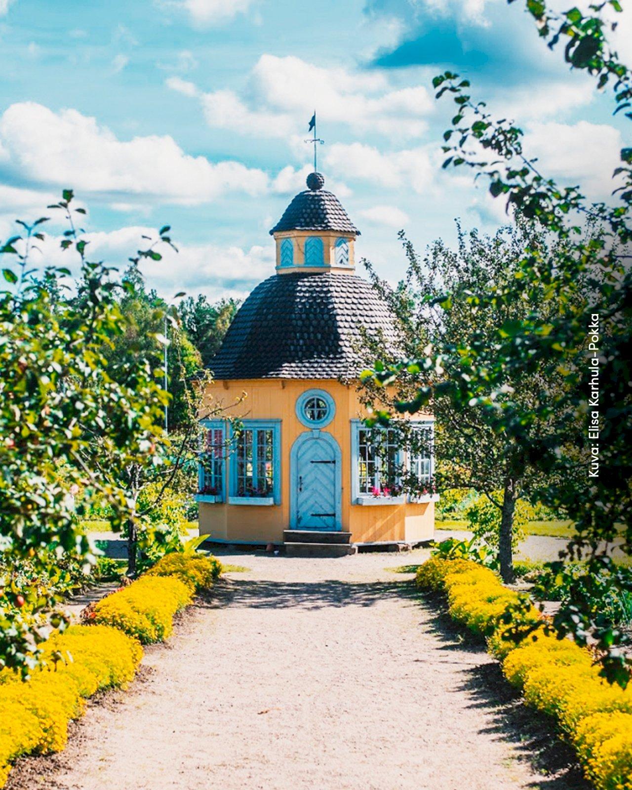 Keltainen huvimaja Aspergerin puutarhan keskellä Pietarsaaressa.