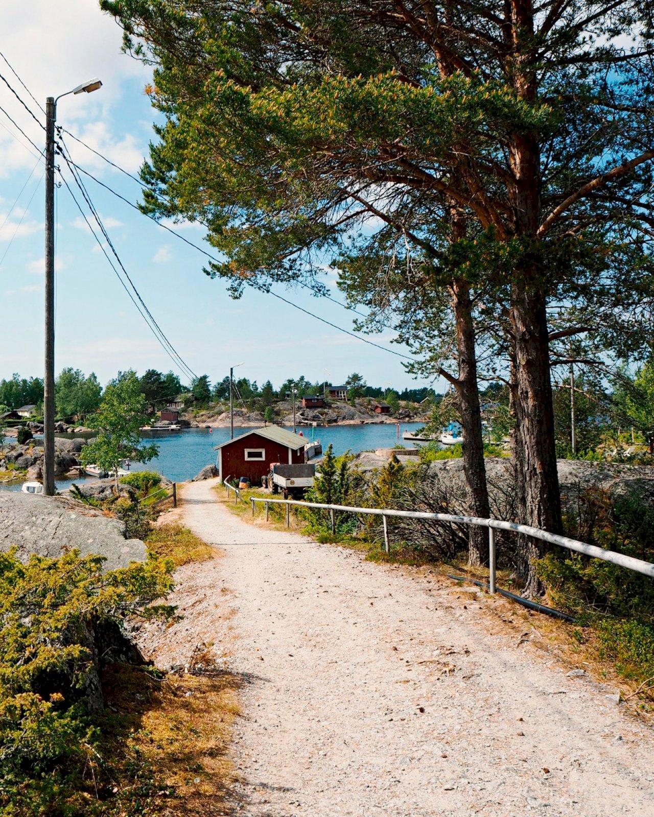 Hiekkatie johtaa merelle Mässkarin saarella.