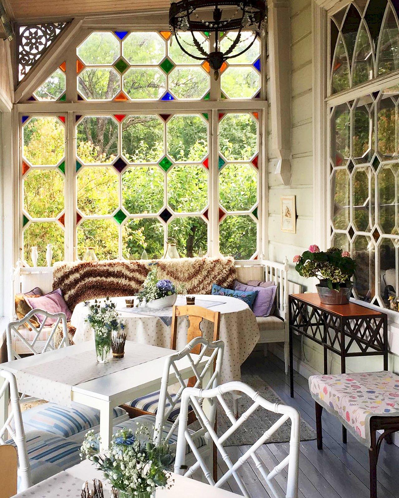 Koristeellinen lasi-ikkuna Villa Kuuvan verannalla.