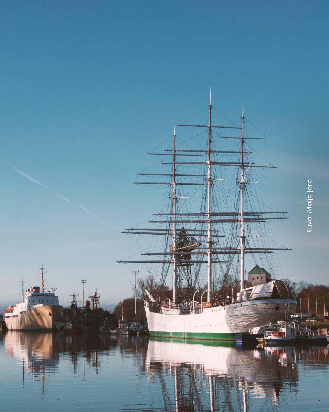 Forum Marinumin iso museolaiva Suomen Joutsen Aurajoen rannassa.