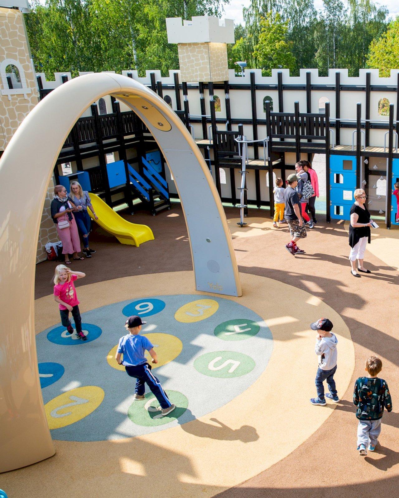 Lapset leikkivät Launeen perhepuiston leikkipuistossa.