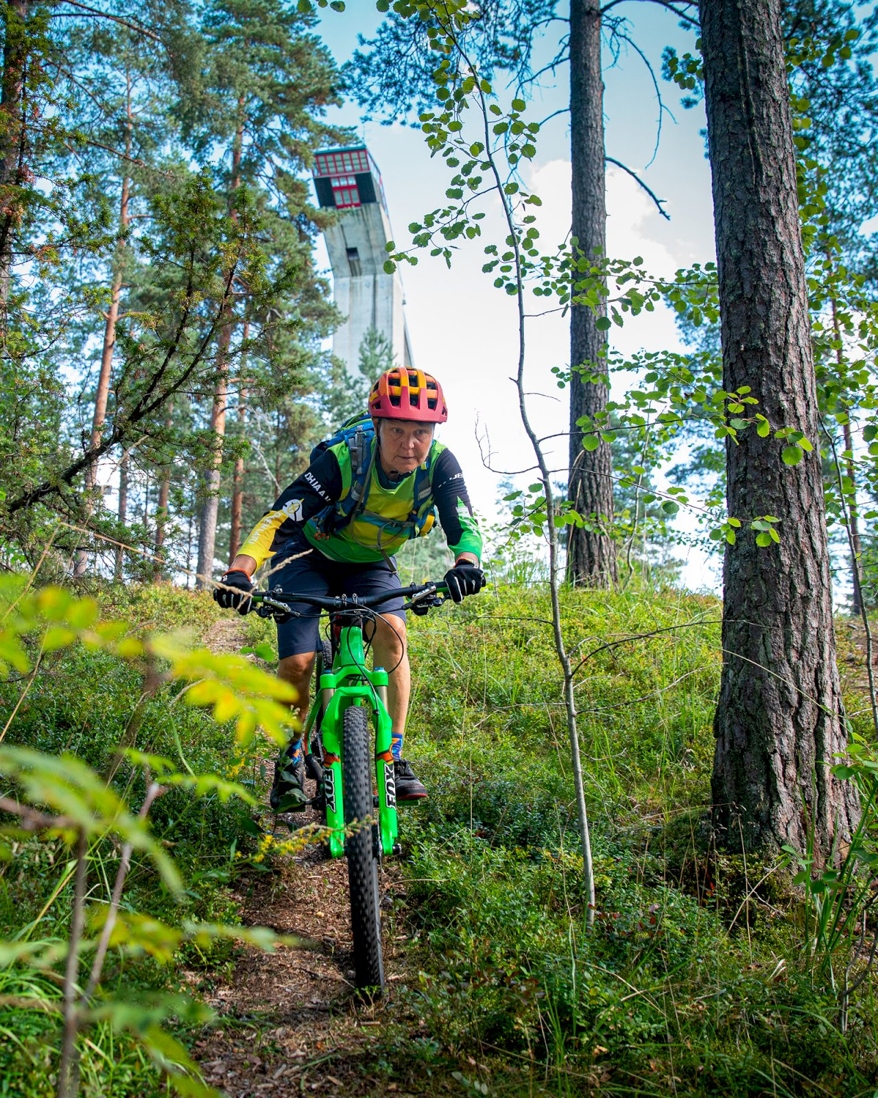 Maastopyöräilijä Salpausselän metsäpolulla.