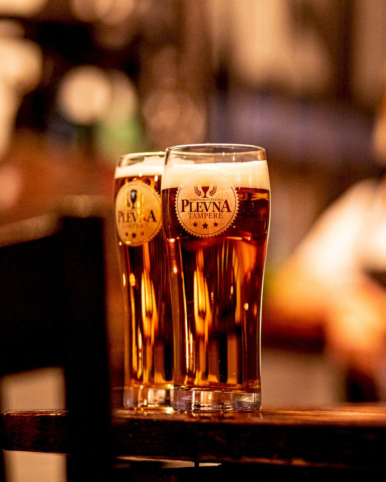 Panimoravintola Plevnan oman panimon oluita kahteen olutlasiin kaadettuna.