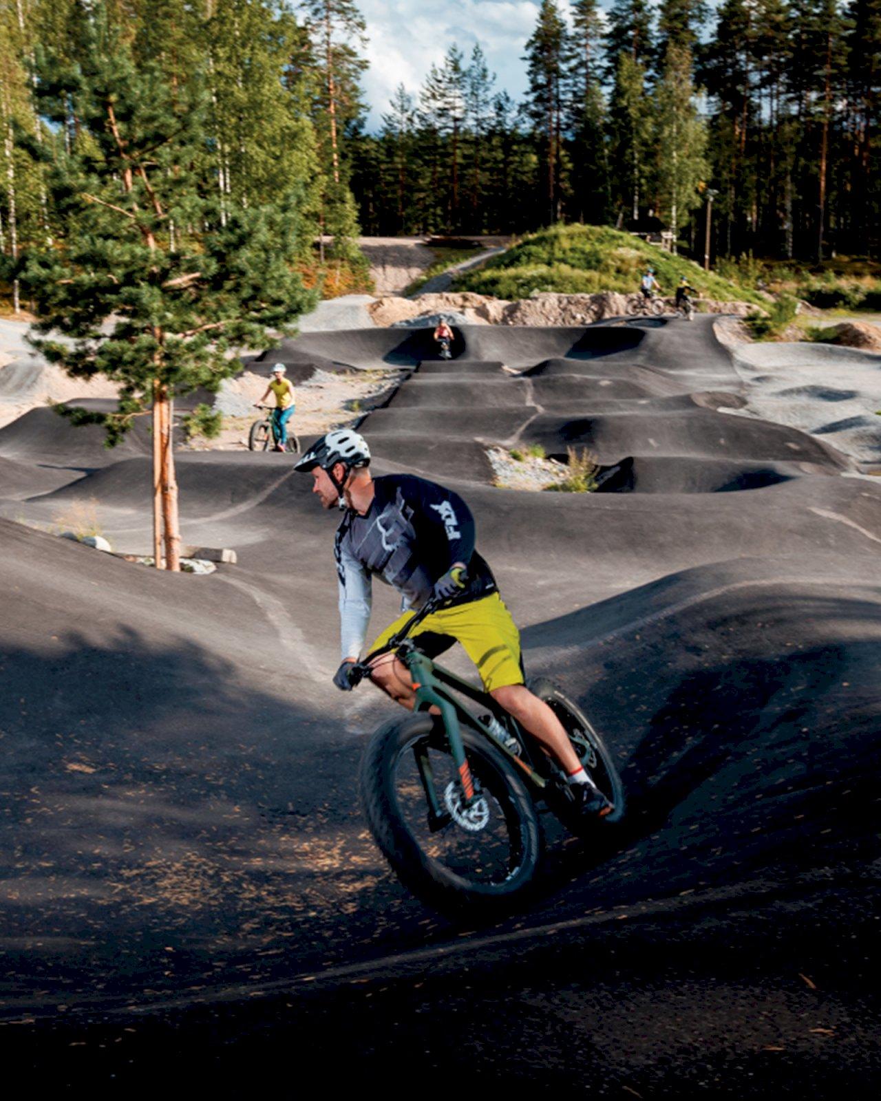 Maastopyöräilijä Ukonniemen pumptrack-radalla.