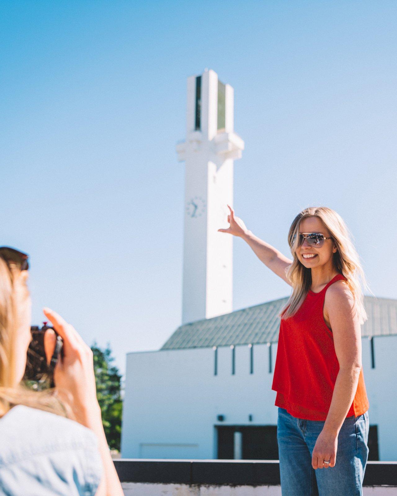 Naiset ottavat kuvaa Alvar Aallon Lakeuden Rististä Seinäjoen keskustassa.