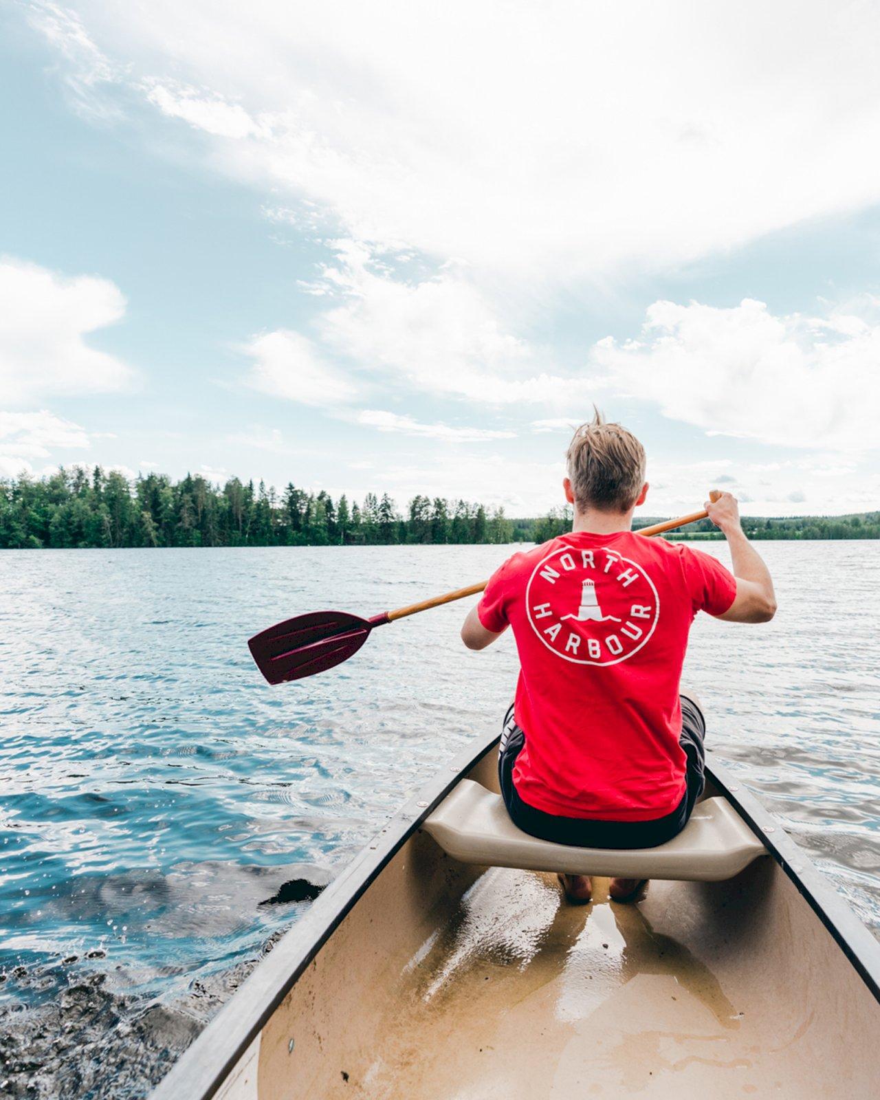 Mies meloo Peurunka-järvellä Laukaassa.
