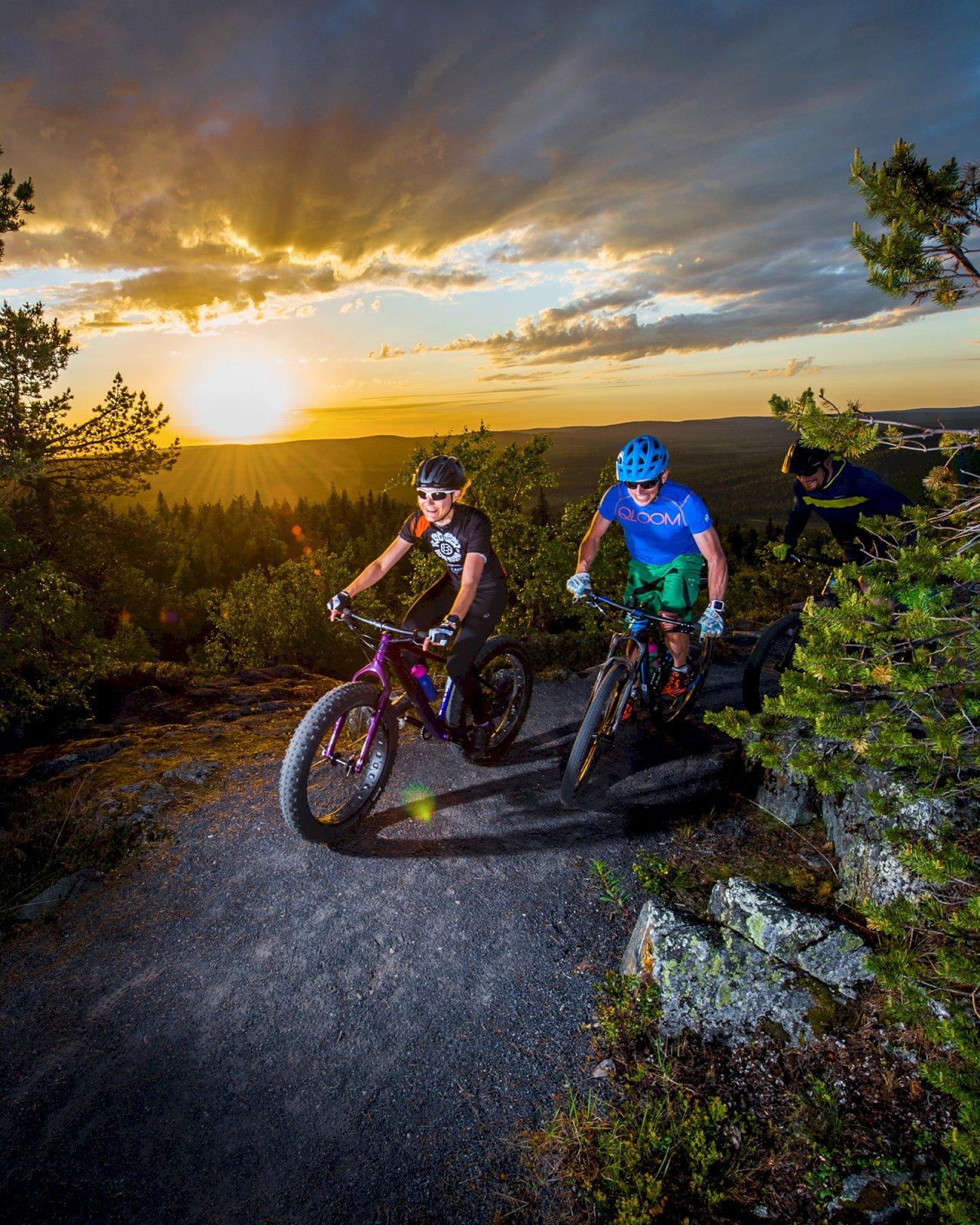 Kaksi fatbike-pyöräilijää korkealla Iso-Syötteen Bike Parkin rinteissä.