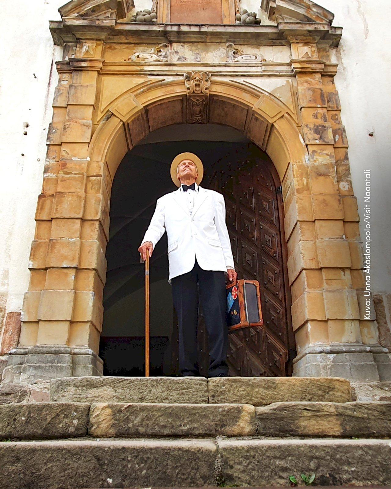 Näyttelijä Petri Rajala seisoo Louhisaaren kartanolinnan portailla Askaisissa.