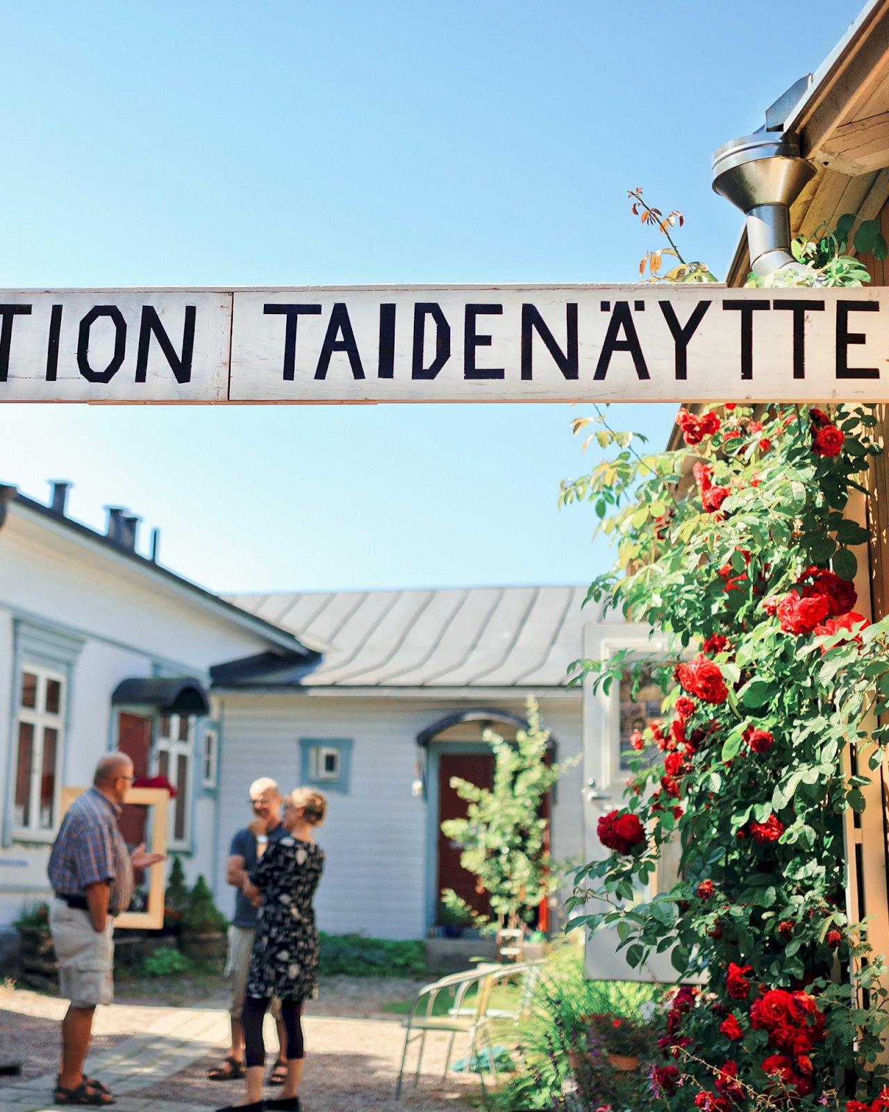 Taidenäyttely Vanhan Rauman puutalokortteleissa.