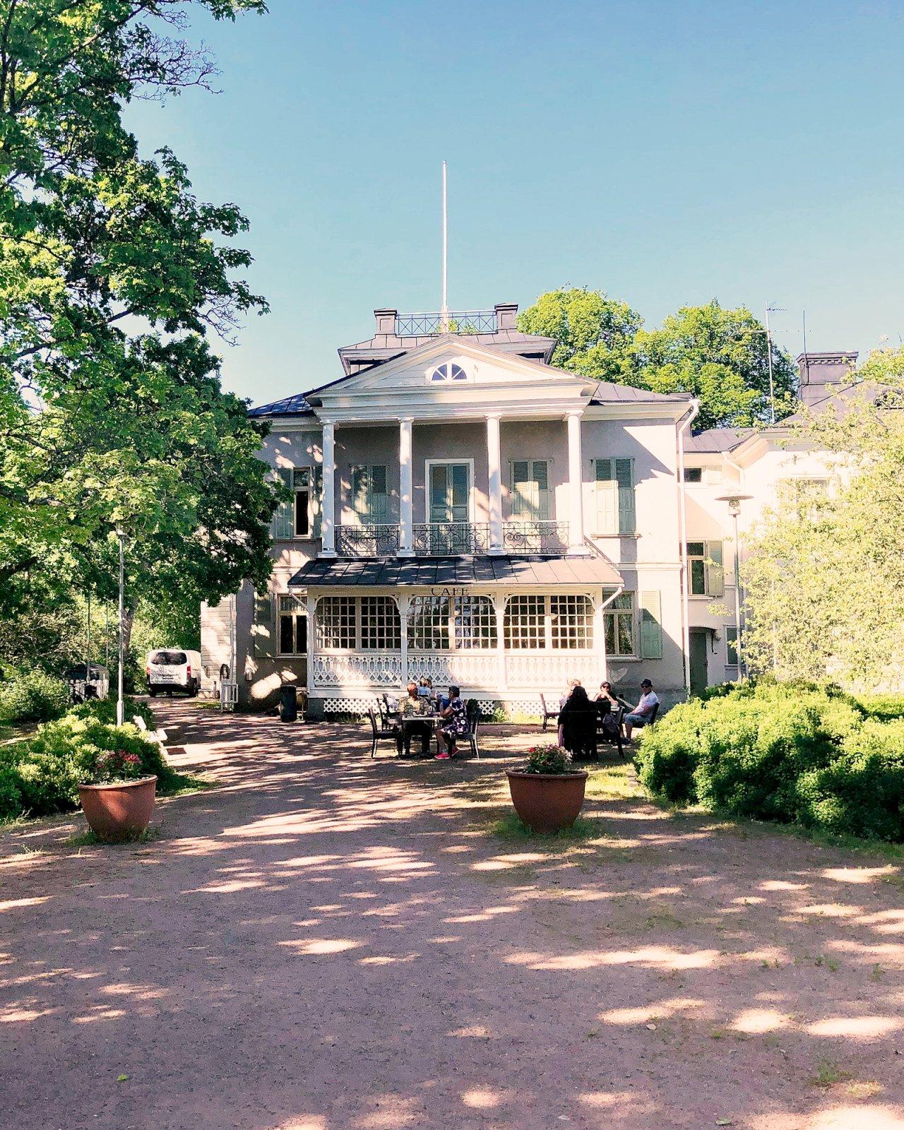 Villa Saaron huvila puutarhan suojissa Ruissalossa.