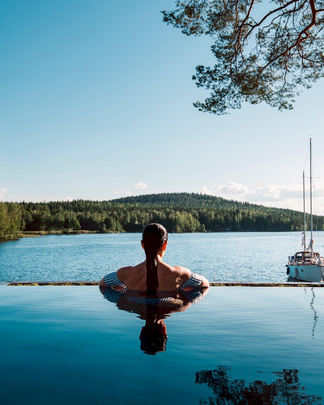 Järvinäkymä Päijänteelle Ilola Inn -hotellin ulkouima-altaalta.